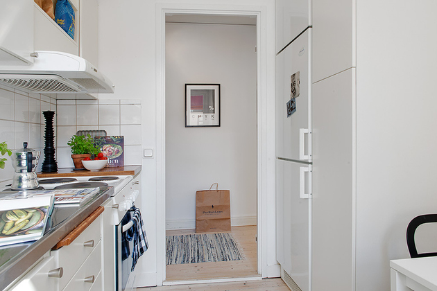 casually-comfortable-decor-driven-apartment-sweden-kitchen-hall.jpg