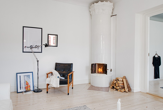 casually-comfortable-decor-driven-apartment-sweden-living-room-fire.jpg