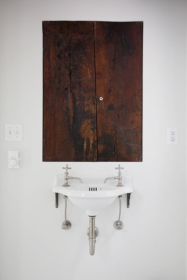 casually-elegant-historic-home-4-powderroom.jpg