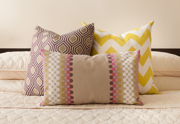 cozy-manhattan-apartment-combines-vintage-flare-modern-touches-10-pillows.jpg