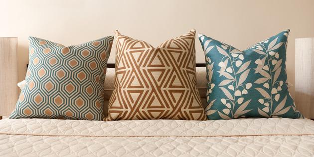 cozy-manhattan-apartment-combines-vintage-flare-modern-touches-7-pillows.jpg