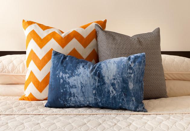 cozy-manhattan-apartment-combines-vintage-flare-modern-touches-9-pillows.jpg