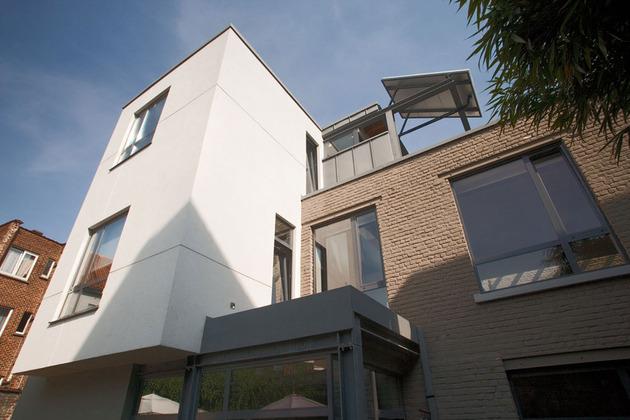 exposed-brick-steel-create-backdrop-contemporary-residence-2-façade.jpg