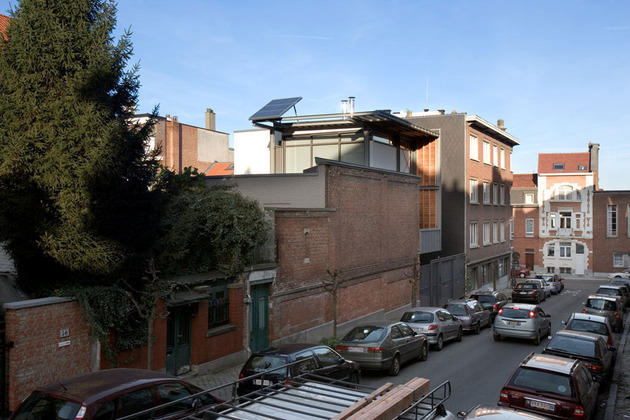 exposed-brick-steel-create-backdrop-contemporary-residence-9-façade.jpg