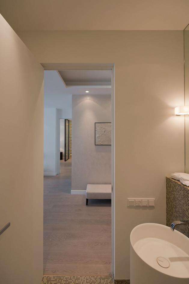 lighting-details-create-drama-modern-open-plan-apartment-10-powder-room.jpg