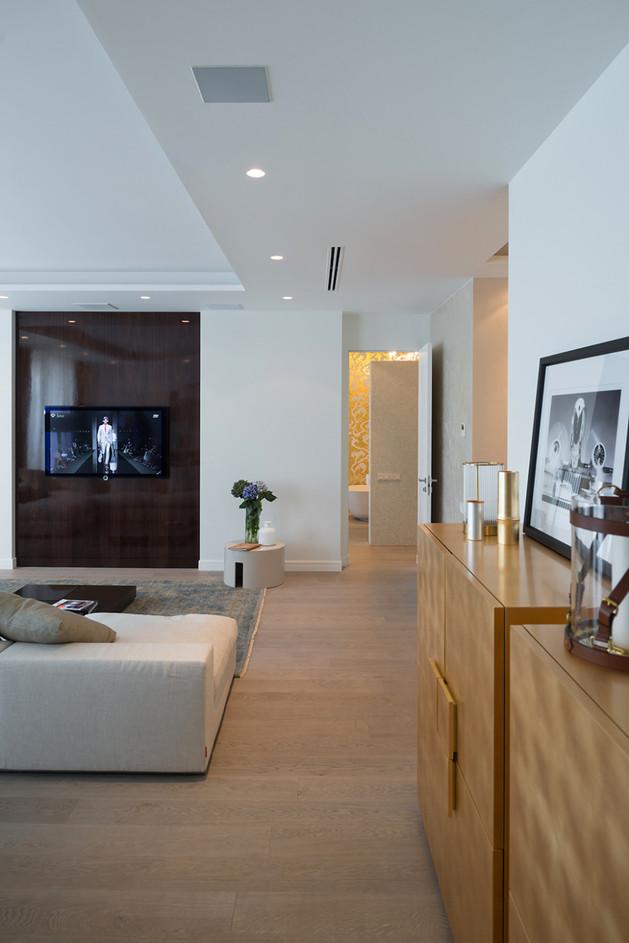 lighting-details-create-drama-modern-open-plan-apartment-8-pathway.jpg