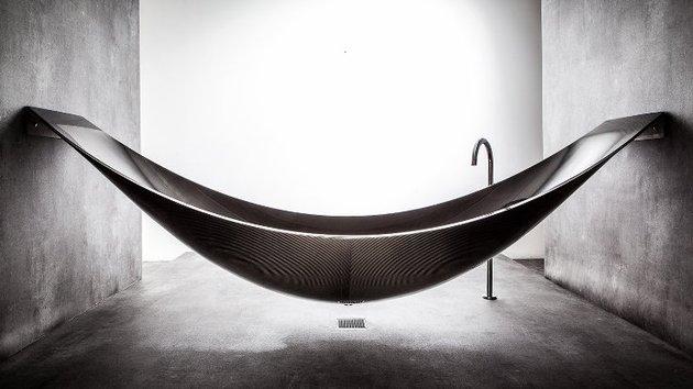 suspended-bathtub-by-splinter-works-floats-on-air-1.jpg
