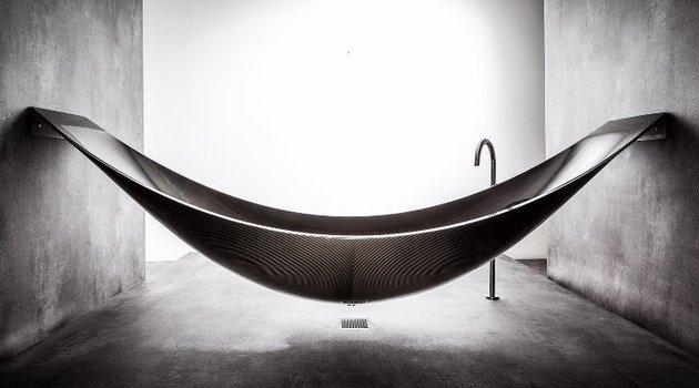 suspended-bathtub-by-splinter-works-floats-on-air-13.jpg