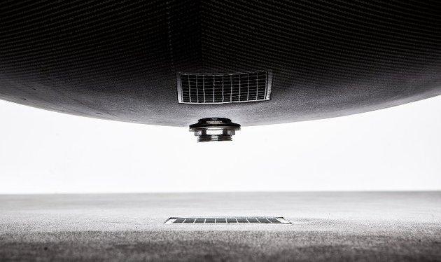 suspended-bathtub-by-splinter-works-floats-on-air-7.jpg