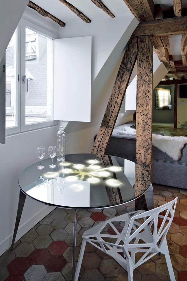 two-floor-apartment-with-a-glass-floor-in-paris-10.jpg